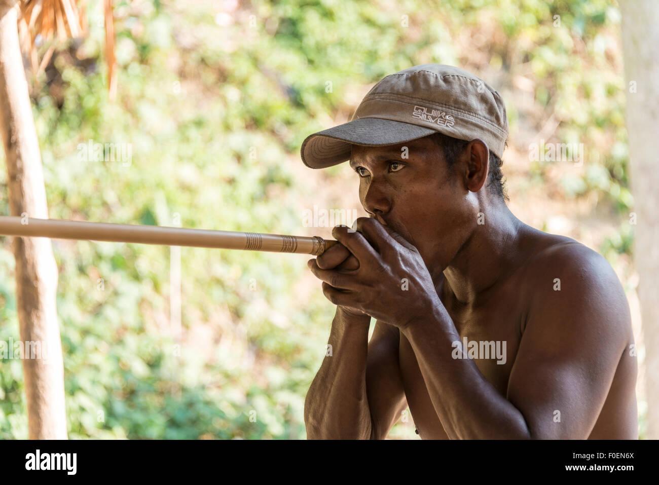 Orang Asli native Mann schießen eine Blasrohr, Taman Negara Malaysia Stockbild