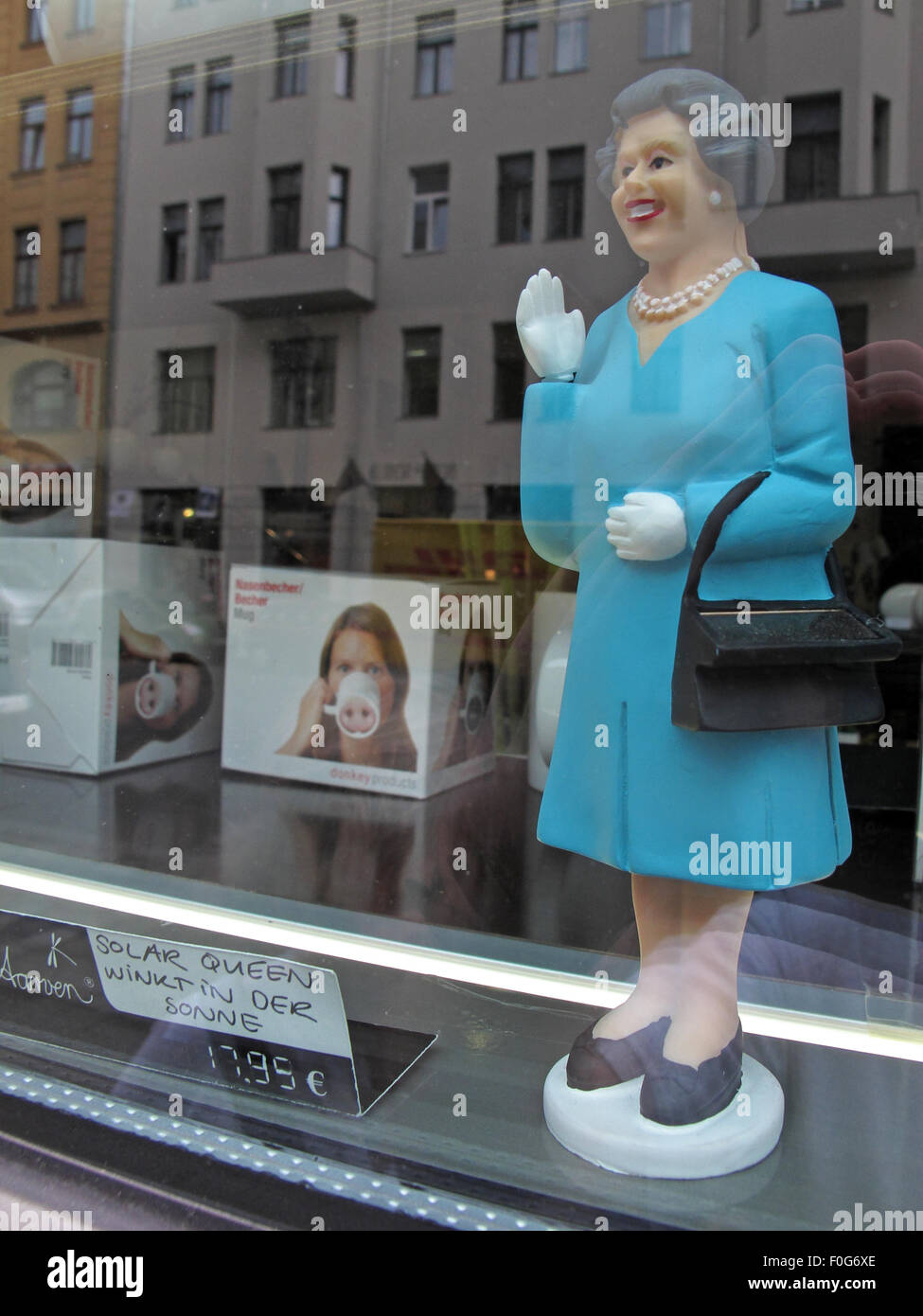 Laden Sie dieses Alamy Stockfoto Einzelne Königin Elizabeth von England solarbetriebene Spielzeug, Mitte, Deutschland, Europa - F0G6XE