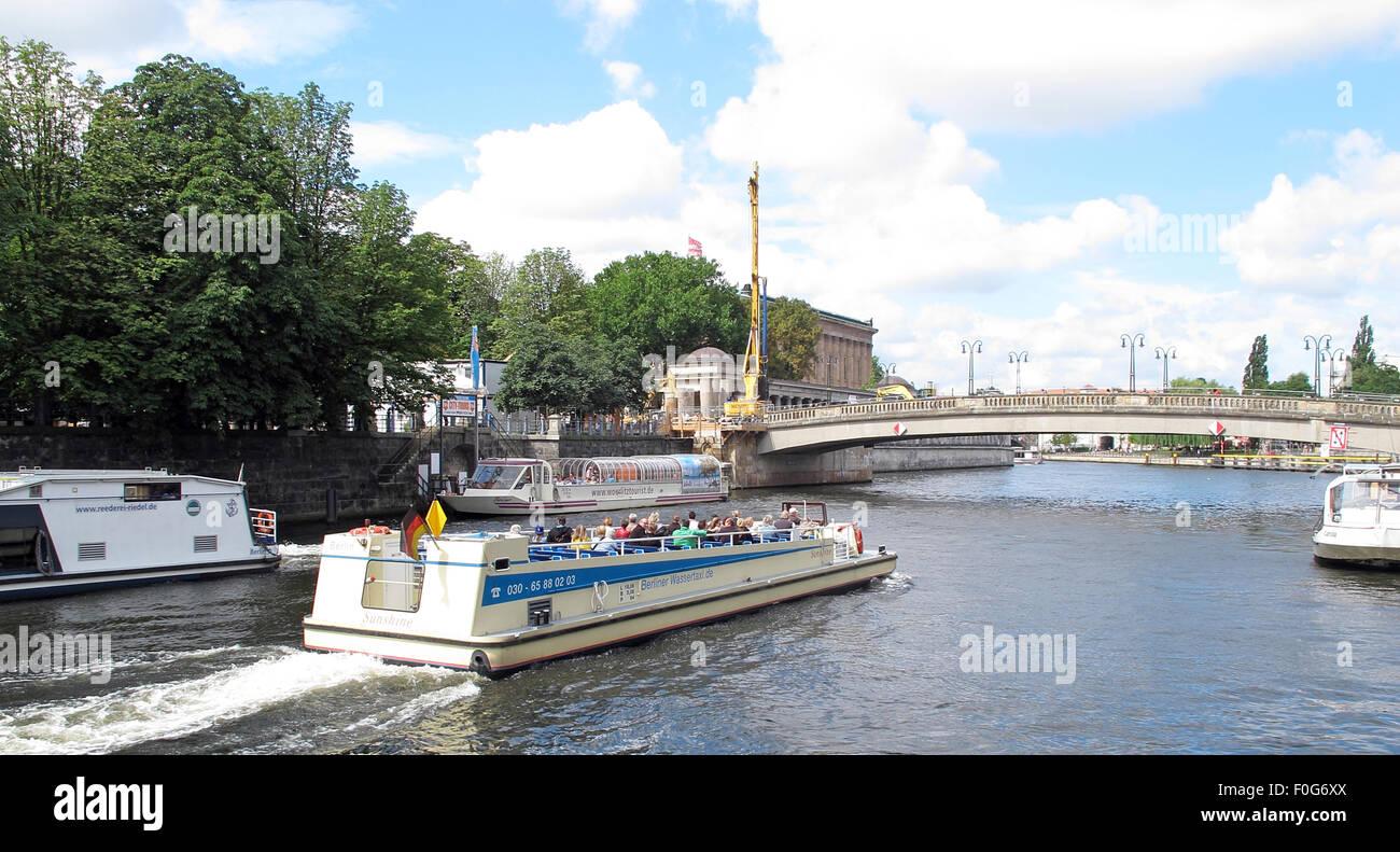 Laden Sie dieses Alamy Stockfoto Boot Sportboot an der Spree, Berlin, Deutschland - F0G6XX