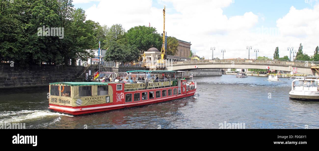 Laden Sie dieses Alamy Stockfoto Boot Sportboot an der Spree, Berlin, Deutschland - Frau Angela - F0G6Y1