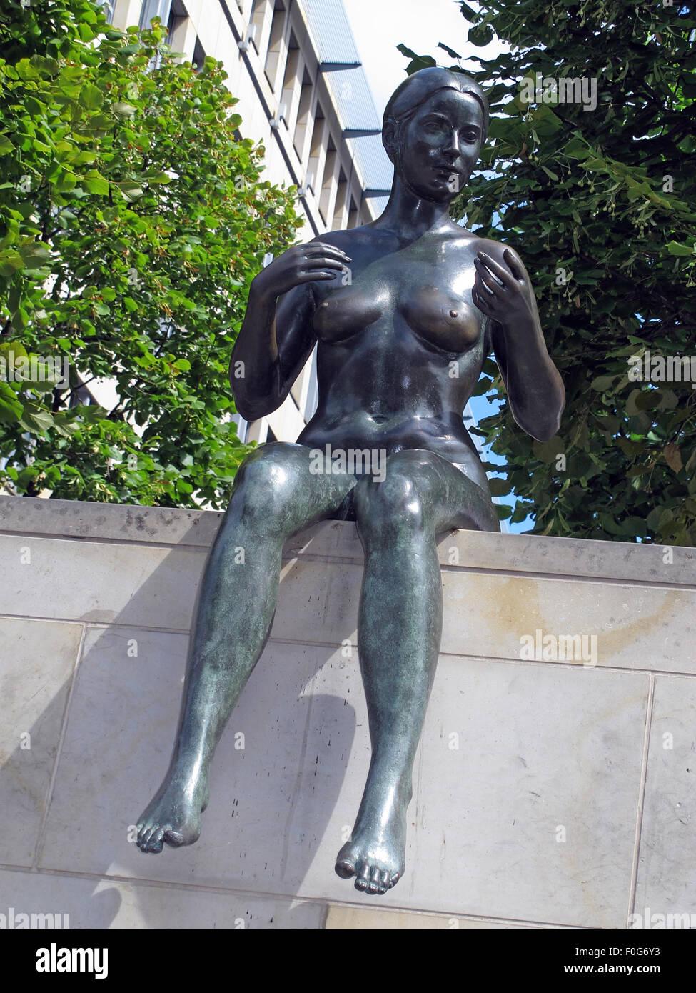 Laden Sie dieses Alamy Stockfoto Drei Mädchen und ein Junge von Wilfried Fitzenreiter - Statue von der Spree entlang, Moabit, Berlin, Deutschland mit Gebäude hinter - F0G6Y3