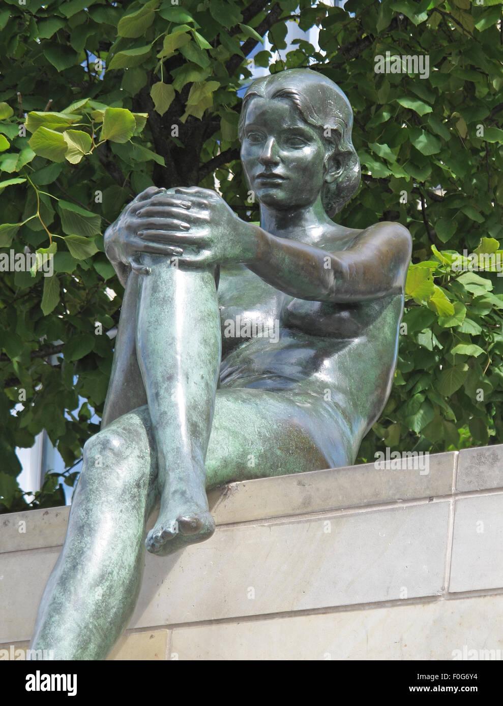 Laden Sie dieses Alamy Stockfoto Drei Mädchen und ein Junge von Wilfried Fitzenreiter - Statue durch die Spree entlang, Moabit, Berlin, Deutschland, liegend - F0G6Y4
