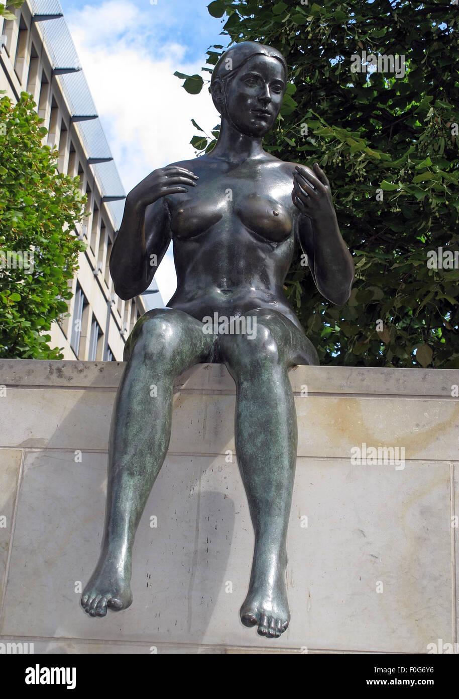 Laden Sie dieses Alamy Stockfoto Drei Mädchen und ein Junge von Wilfried Fitzenreiter - Statue durch die Spree entlang, Moabit, Berlin, Deutschland, Frontansicht - F0G6Y6