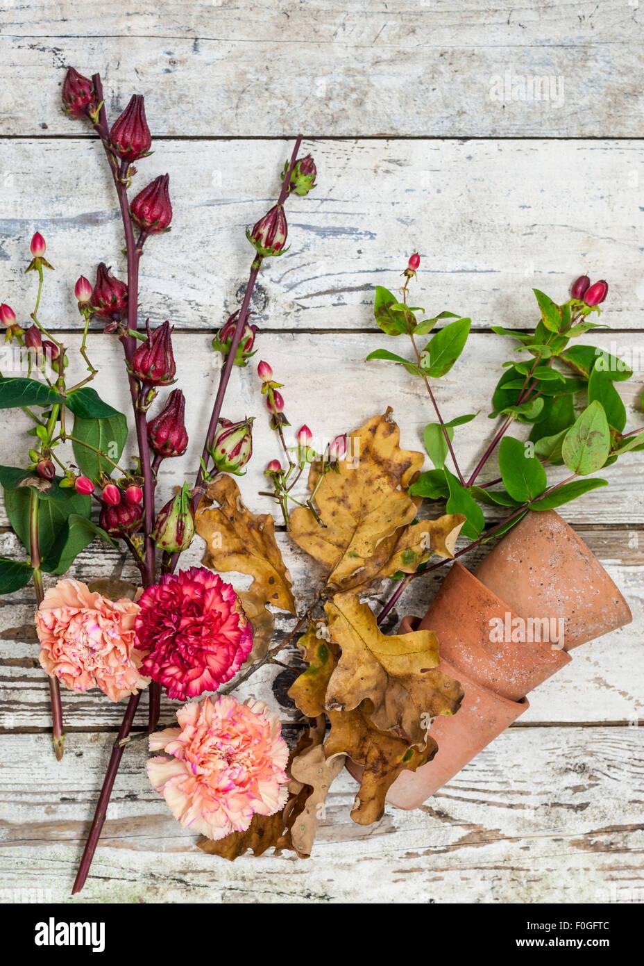 Herbst Blumen und Beeren auf eine rustikale Oberfläche Stockbild