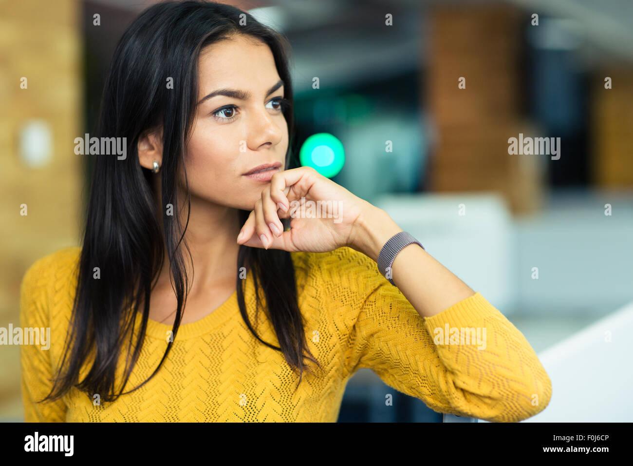 Porträt von einer nachdenklichen Geschäftsfrau im Büro stehen Stockbild