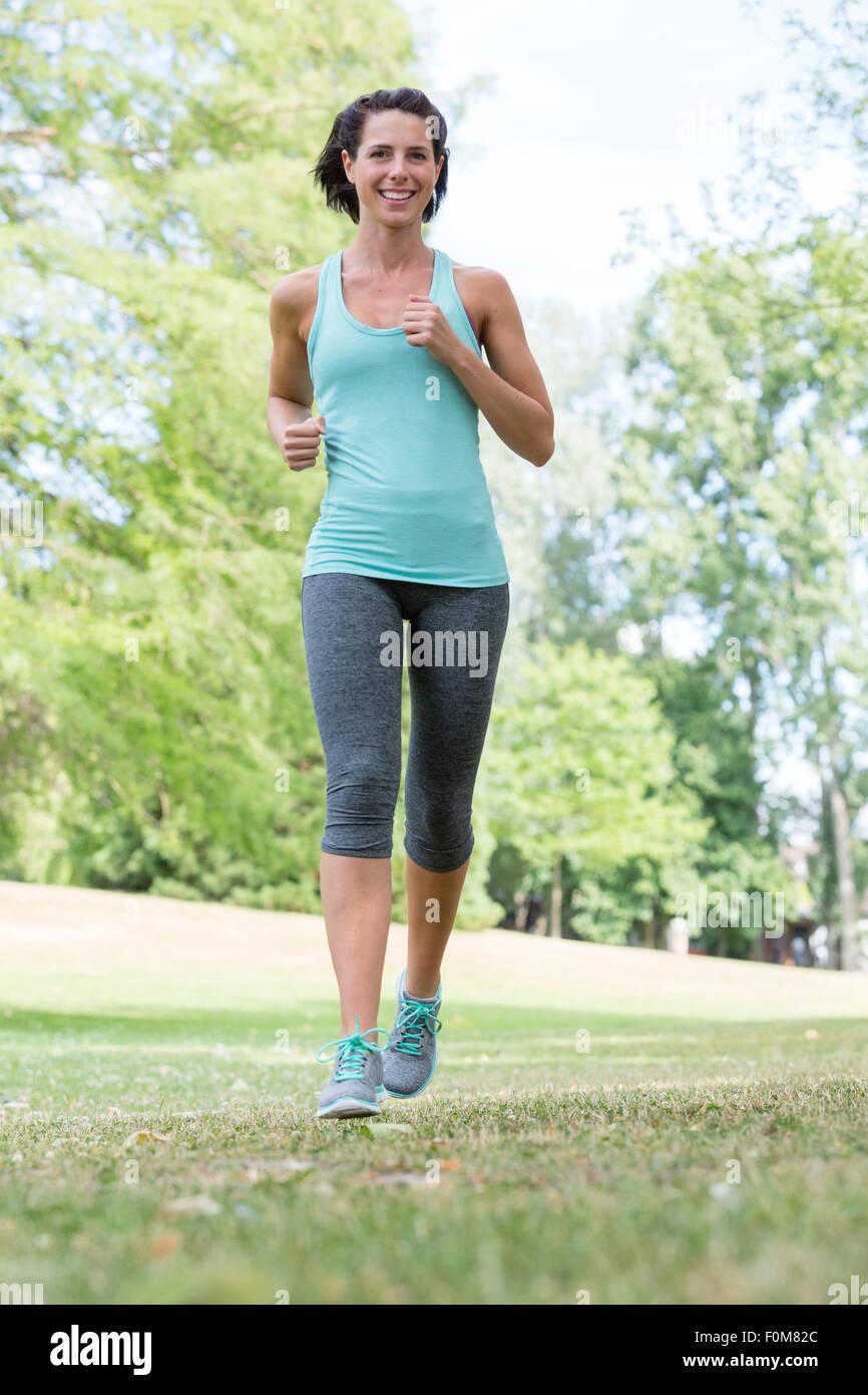 Frau durch den Park Joggen Stockbild