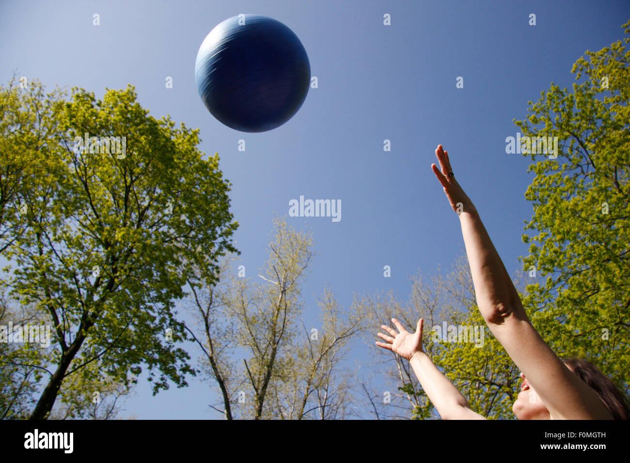 im Himmel Geworfener Ball. Stockbild
