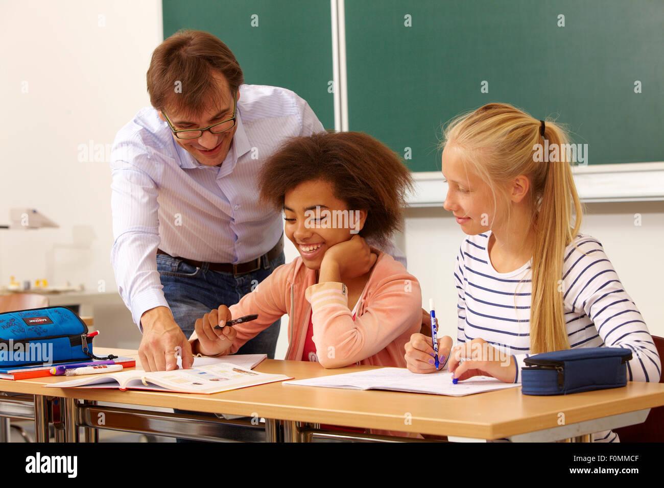 Schulmädchen Und Lehrer Ficken Im Dreier