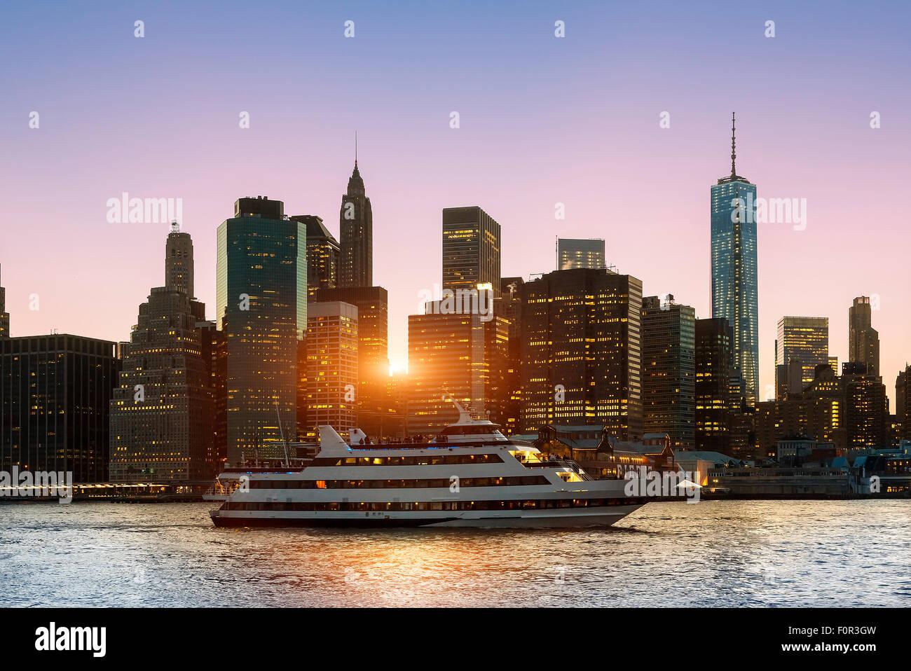 New York City Skyline bei Nacht Stockbild