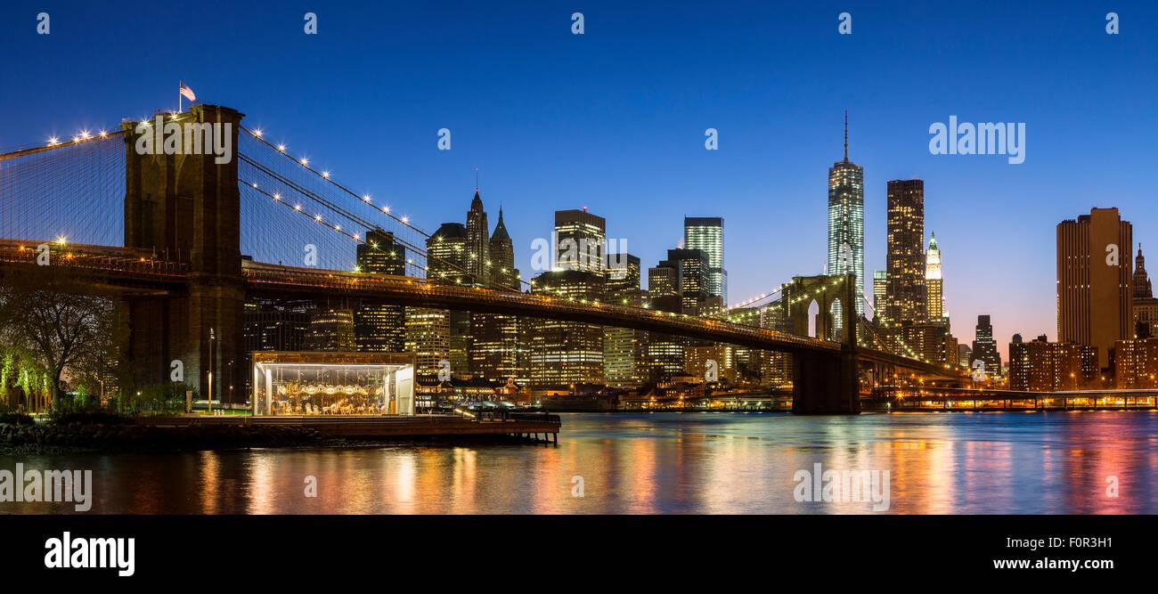 New York City, Brooklyn Bridge bei Nacht Stockbild