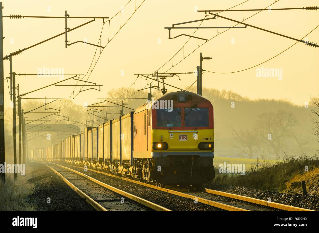 Deutsche Bahn e-Lok zieht Güterzug auf der West Coast Main Line in der Nähe von Garstang Lancashire England Stockbild