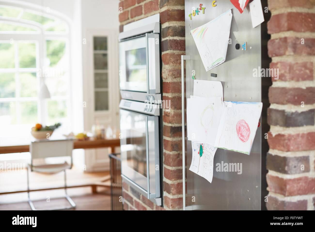 Kinderzeichnungen, die Kühlschranktür aufgeklebt Stockbild