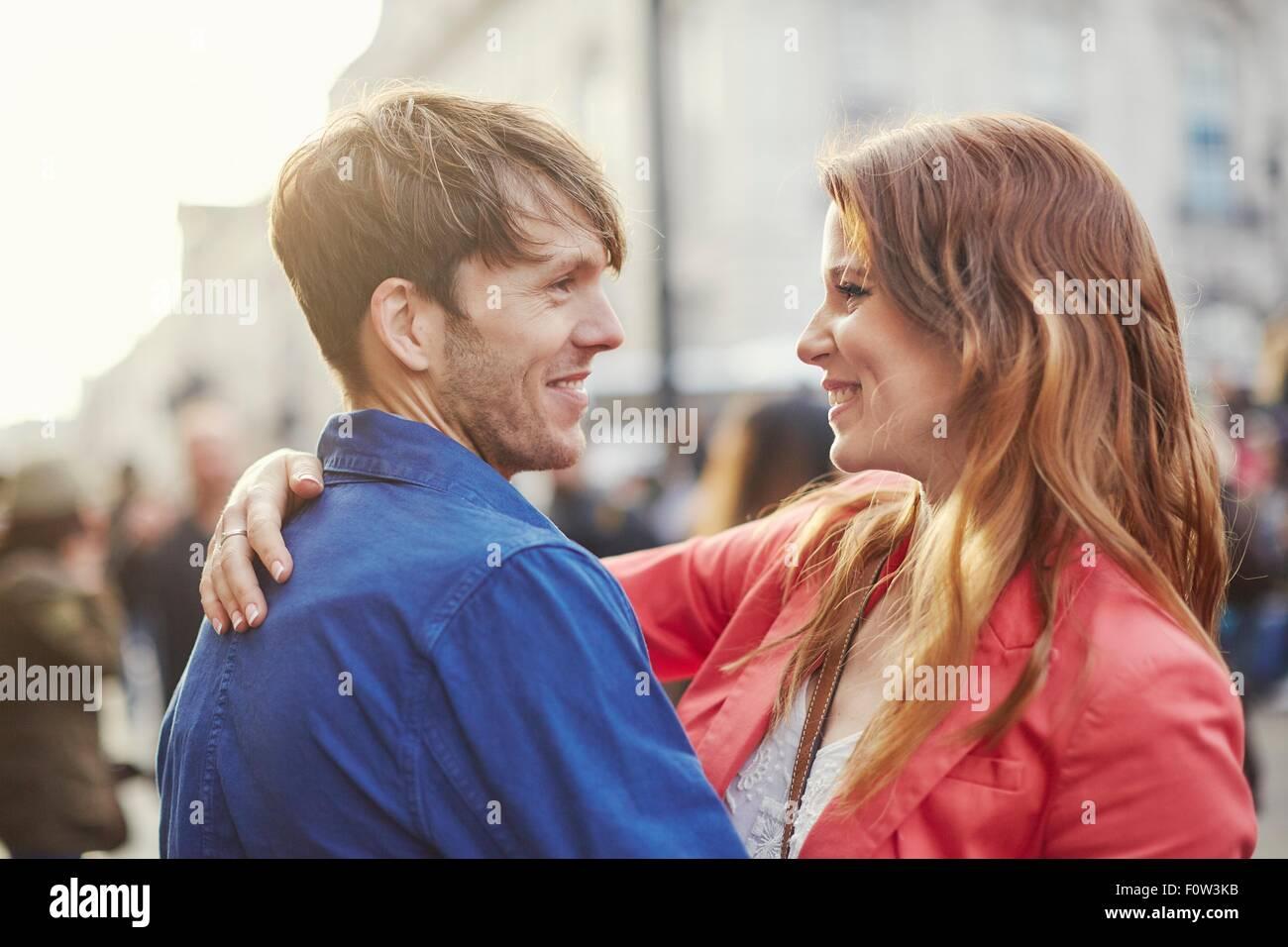 Romantisch zu zweit von Angesicht zu Angesicht auf Straße, London, UK Stockbild