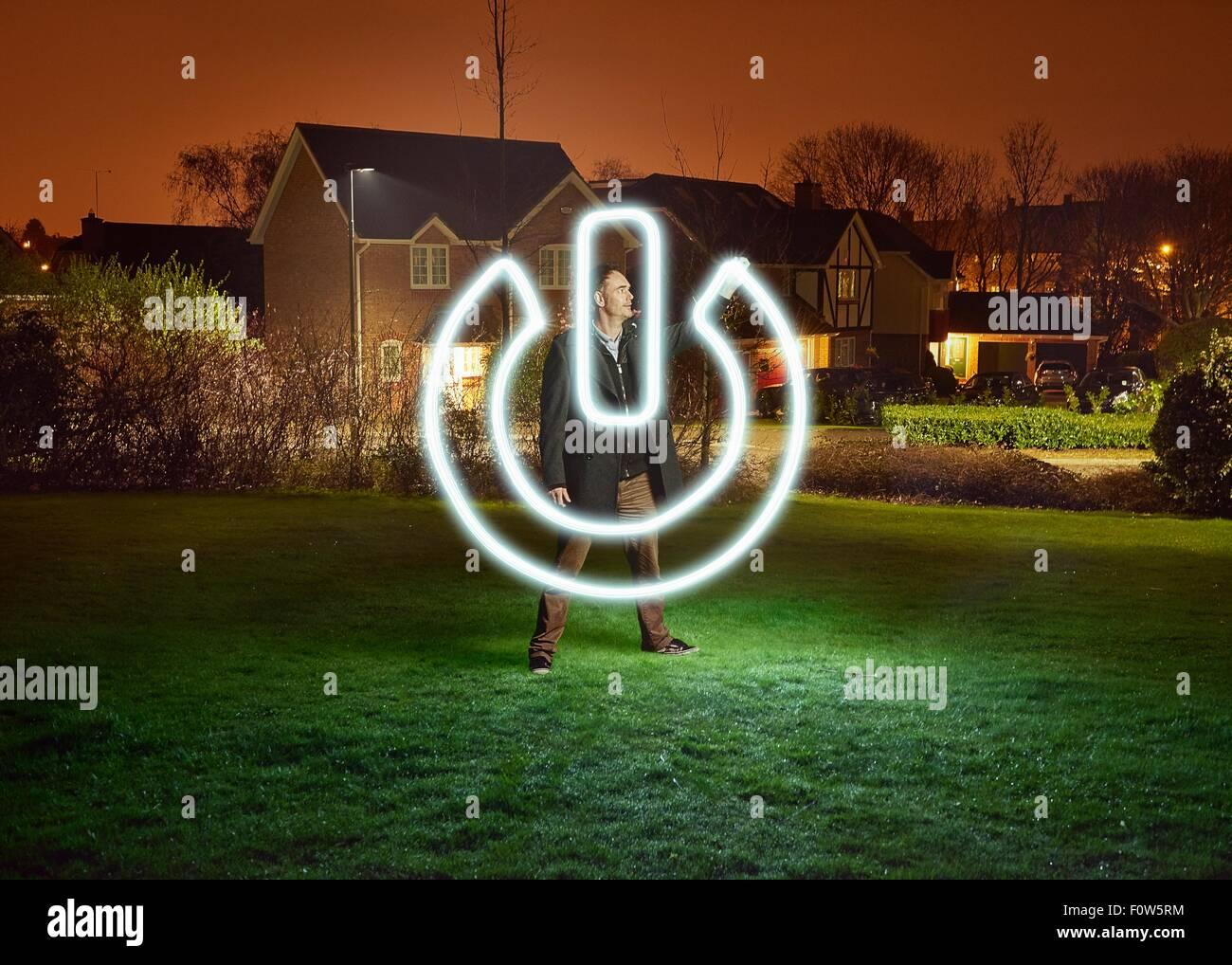 Künstler-Licht Malerei einen Power-Schalter-Symbol im park Stockbild