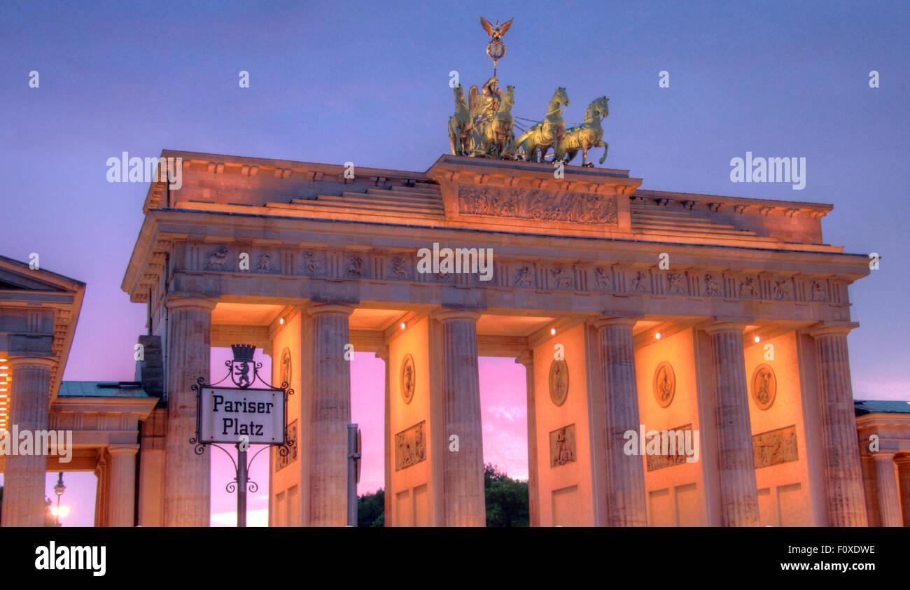 Laden Sie dieses Alamy Stockfoto Brandenburger Tor, in den frühen Abend Dämmerung, Tiergarten, Bezirk Mitte, Berlin, Deutschland, Europa - F0XDWE