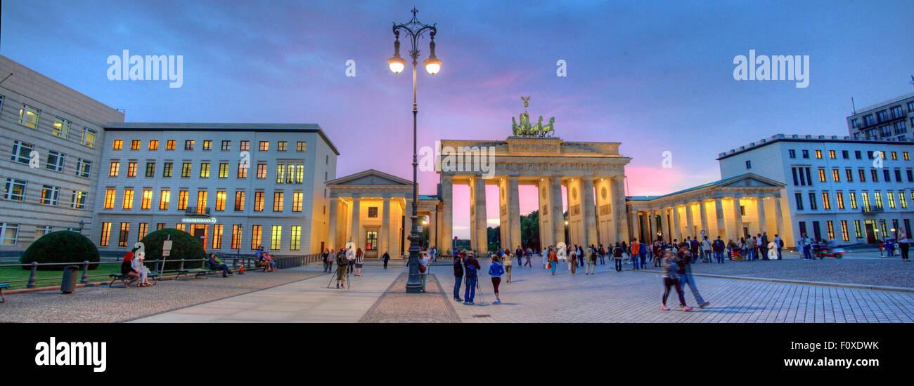 Laden Sie dieses Alamy Stockfoto Brandenburger Tor Panorama, in den frühen Abend Dämmerung, Tiergarten, Bezirk Mitte, Berlin, Deutschland, Europa - F0XDWK