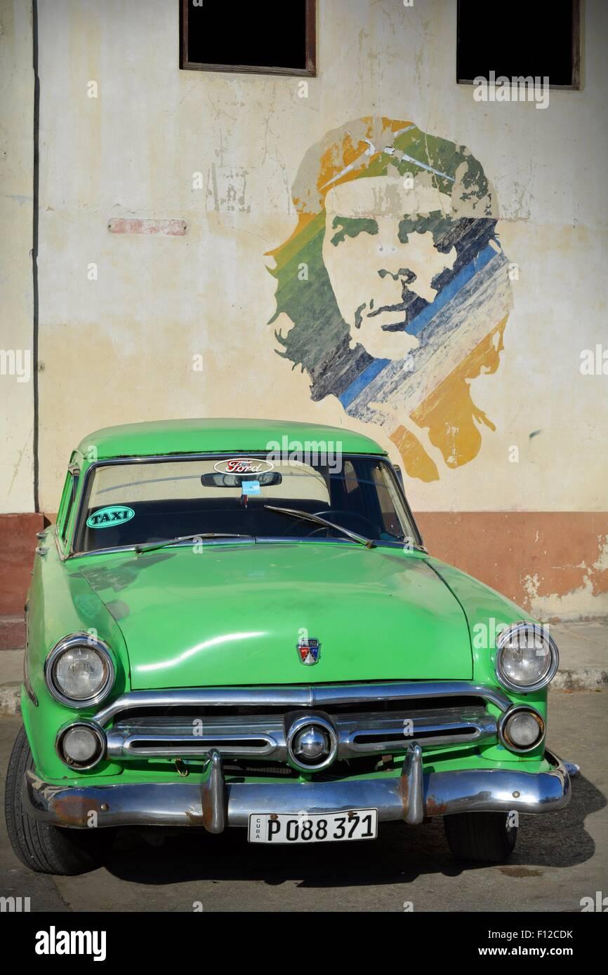 Vintage grün Ford Taxi Parken unter Che Guevara Wandbild auf dem Parkplatz in Alt-Havanna-Kuba Stockbild