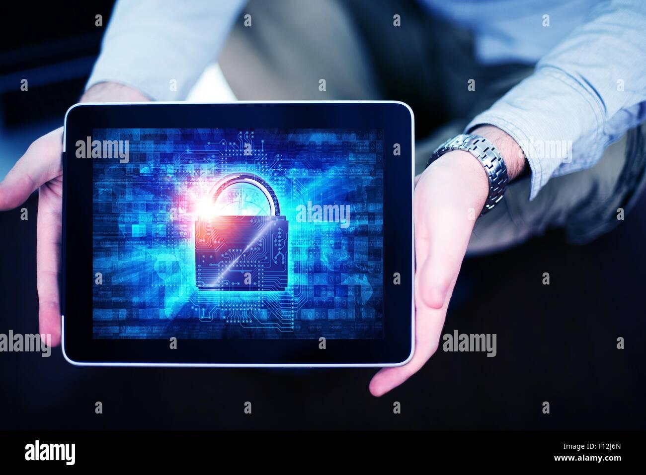 Mobiles Internet Sicherheitskonzept mit Männern zeigen eingebracht, Computer mit Vorhängeschloss Sicherheit Stockbild