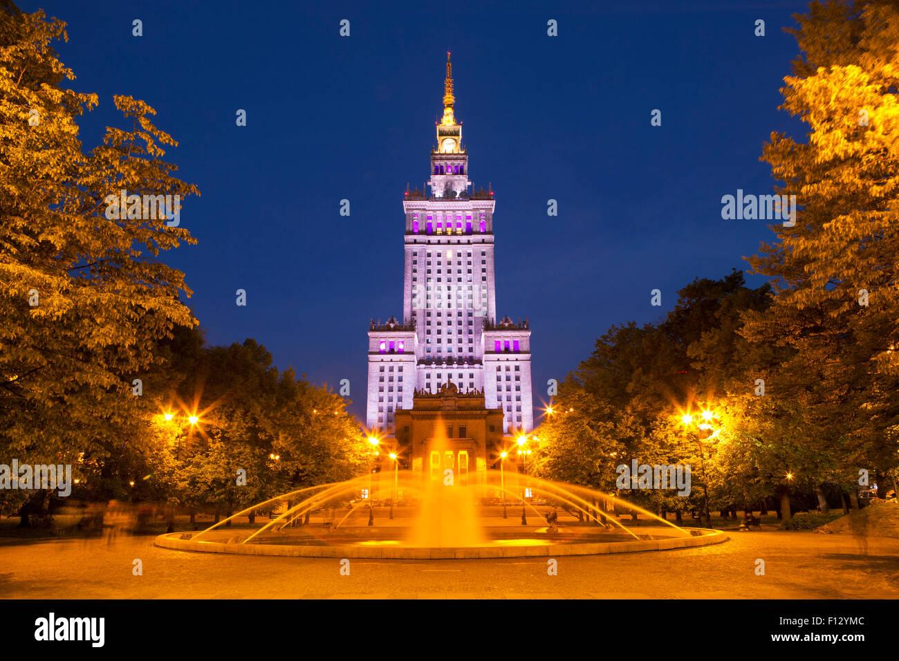 Der Palast der Kultur und Wissenschaft in Warschau in der Nacht. Stockbild