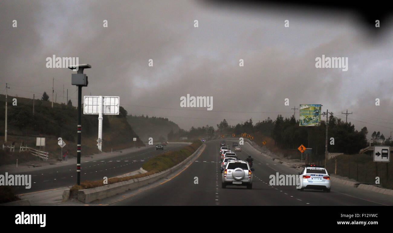 Cotopaxi, Ecuador. 25. August 2015. Fahrzeuge bewegen unter Asche ausgestoßen durch den Vulkan Cotopaxi in Stockbild