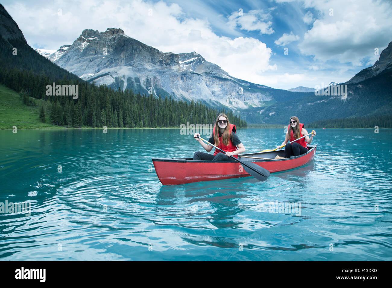 Zwei Mädchen, Kajak, Yoho Nationalpark, Britisch-Kolumbien, Kanada Stockbild