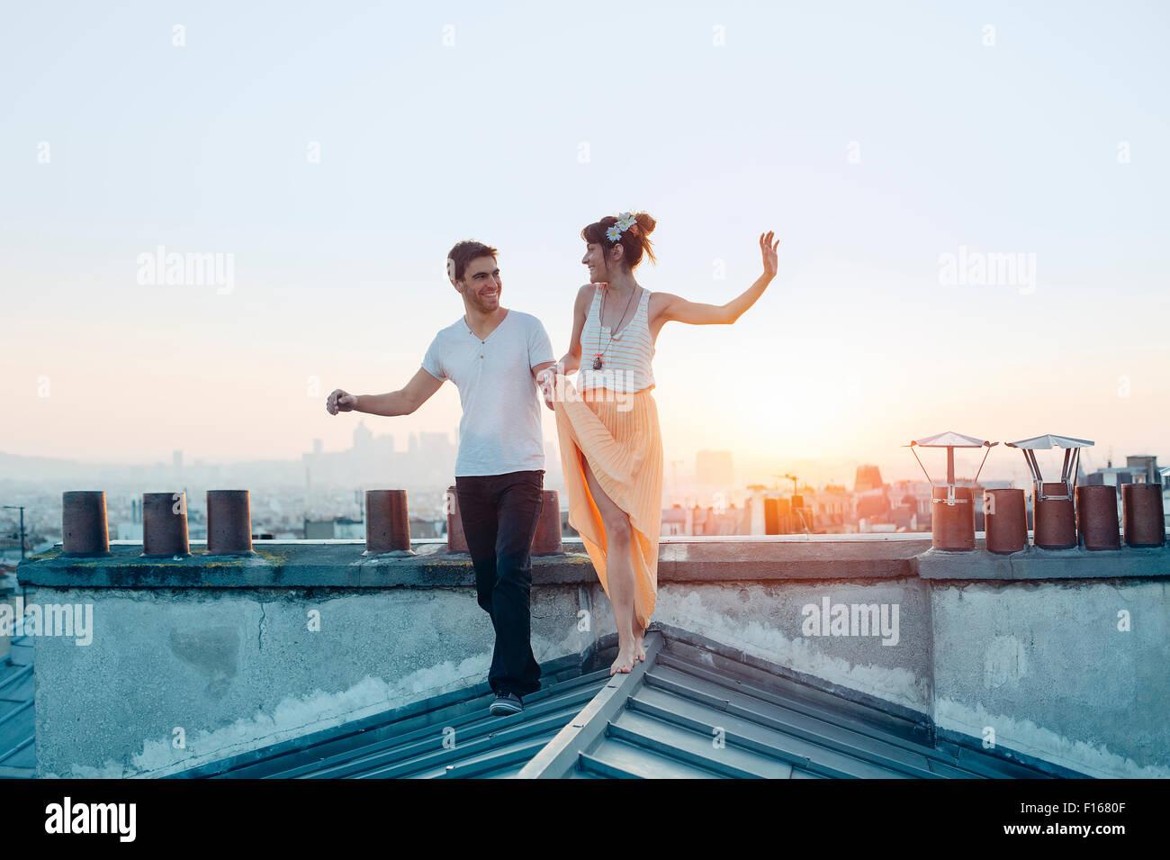 Paris, paar zu Fuß auf den Dächern von paris Stockbild