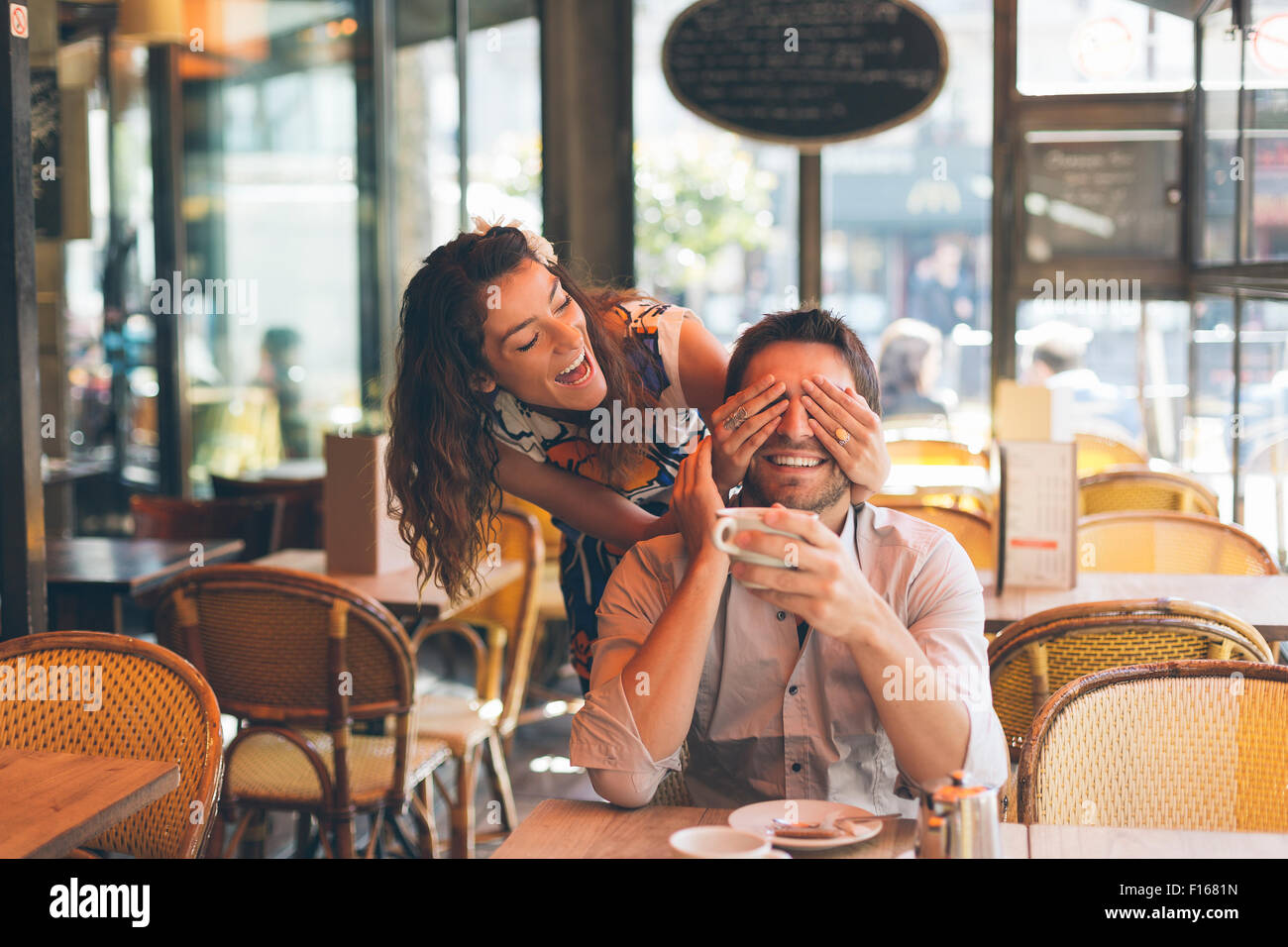 Paar Partnersuche in Cafe, Paris Stockbild