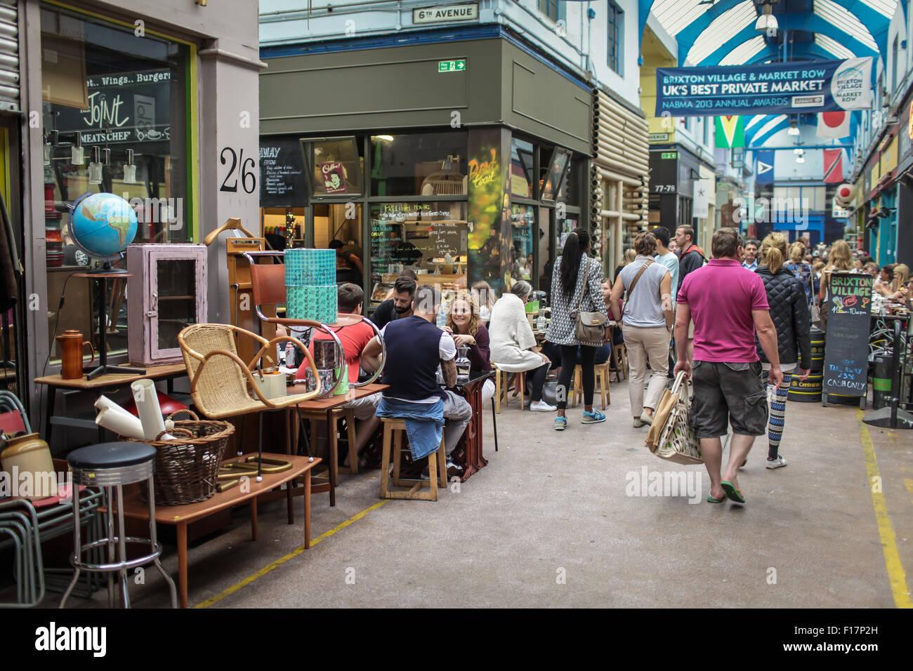 Dorfmarkt Brixton, London, UK. Menschen genießen Essen und trinken in Brixton Village, Brixtons berühmte Stockbild