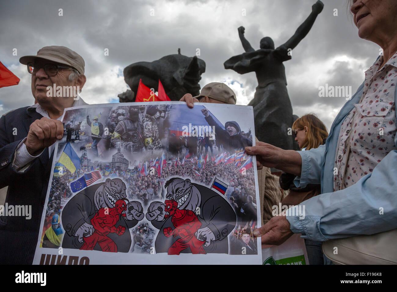Moskau, Russland. 30. August 2015. Aktivisten halten einen Banner gegen den Konflikt in der Ukraine während Stockbild