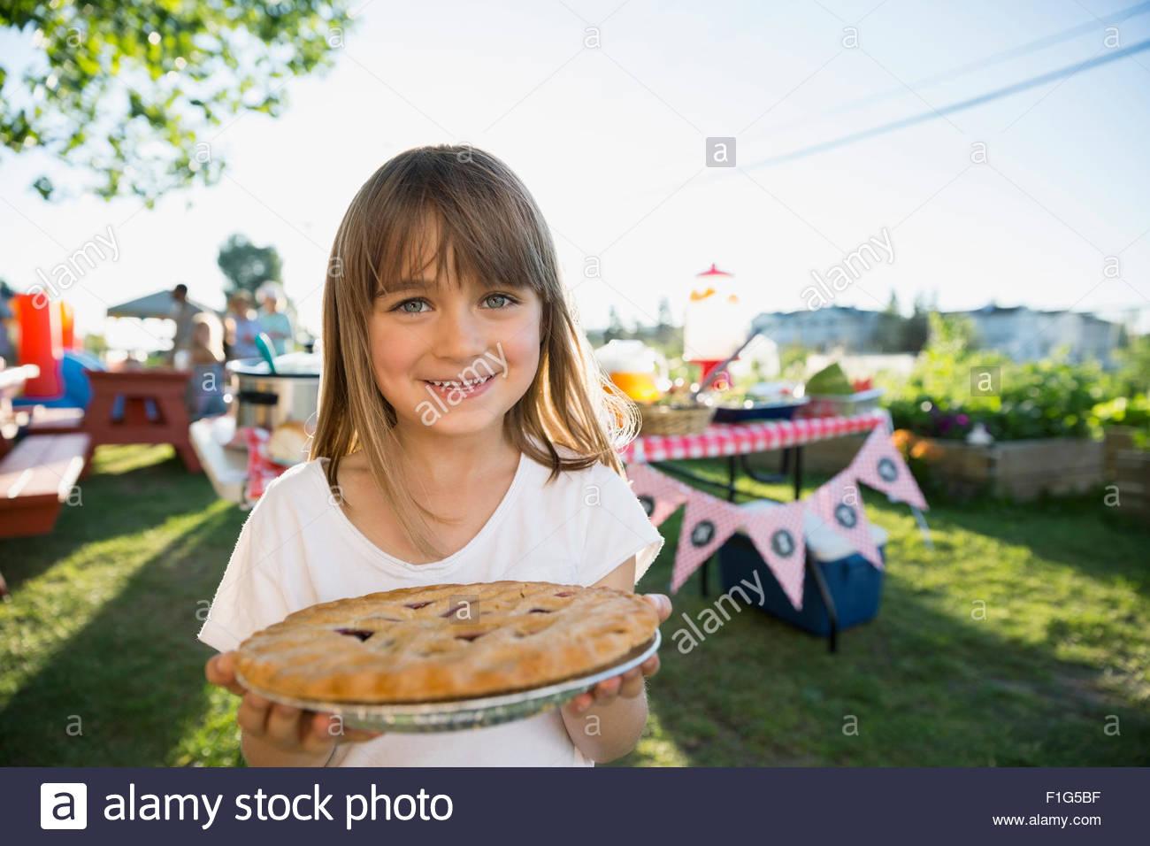 Porträt, lächelndes Mädchen halten frisch gebackenen Kuchen park Stockbild