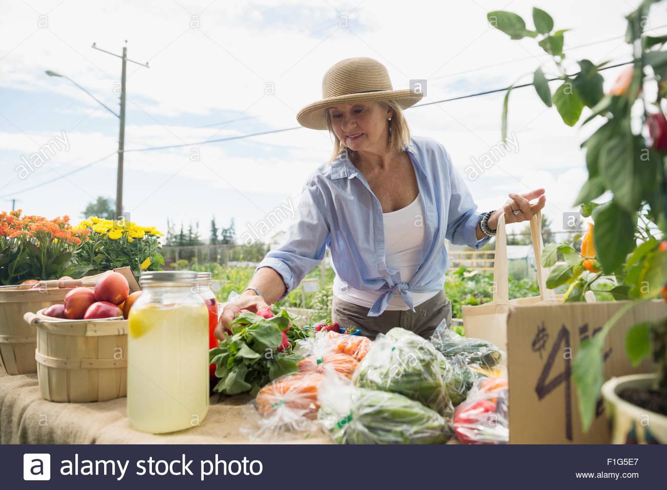 Frau shopping für Frischwaren am Bauernmarkt Stockbild