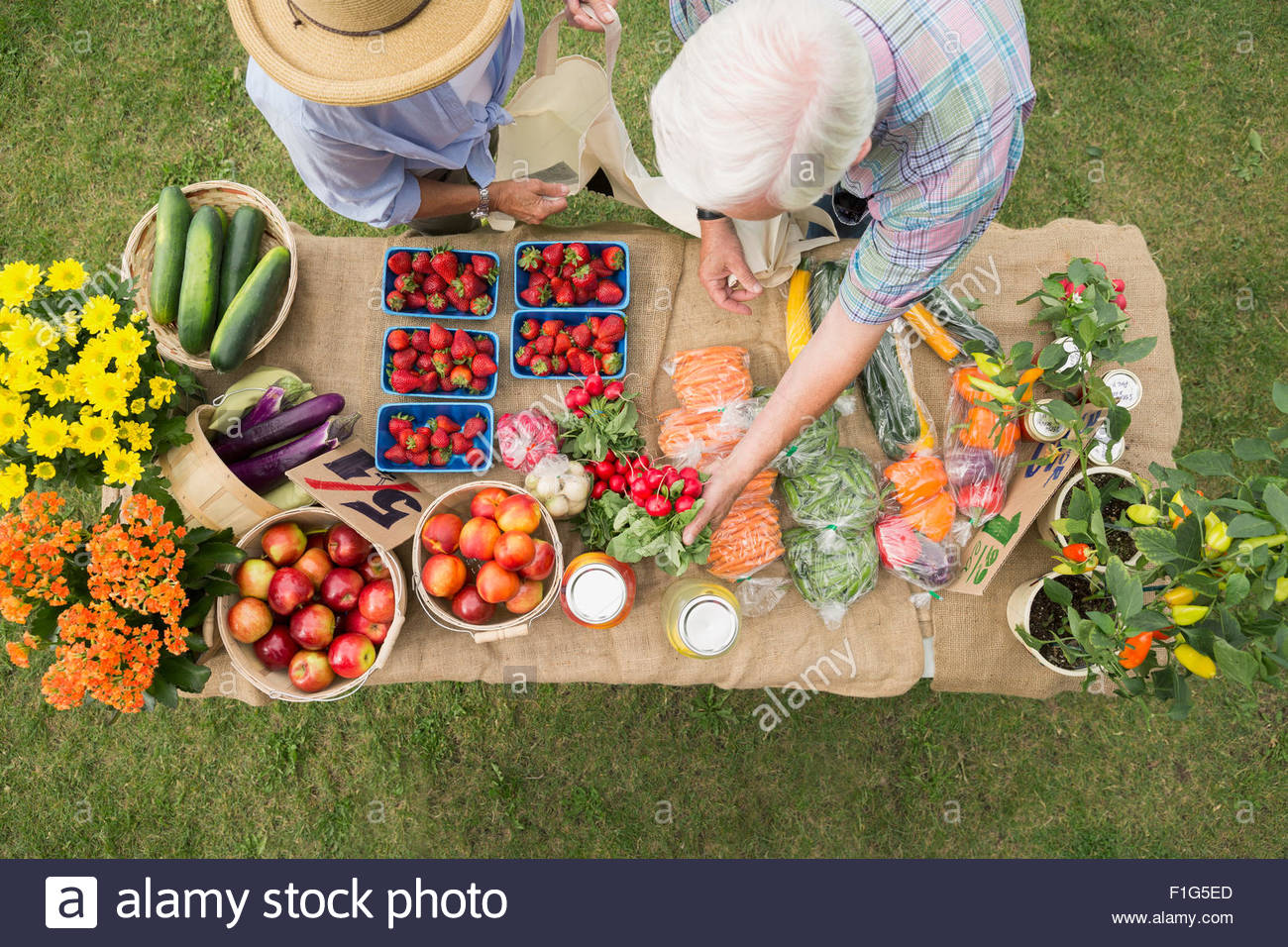 Shopper erreichen auf Bauernmarkt anzeigen Tabelle Stockbild
