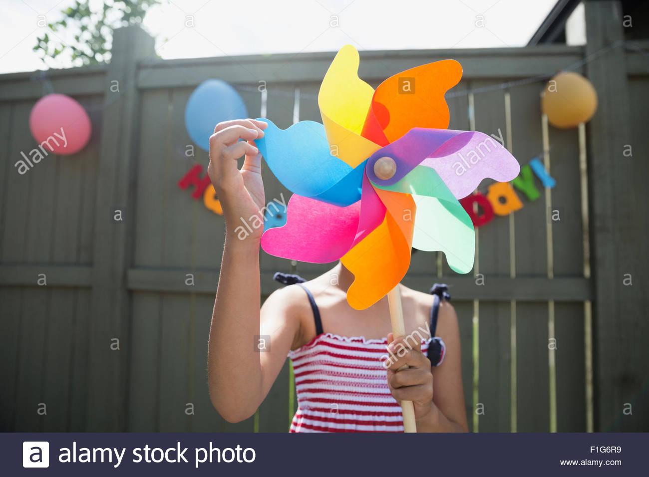 Mädchen mit mehrfarbigen Windrad-Geburtstags-Party hautnah Stockbild