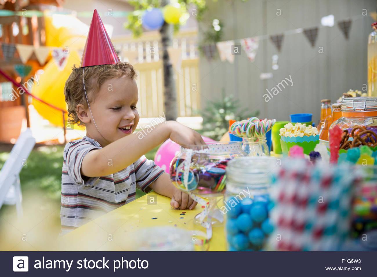 Junge Geburtstag Party Hut Candy Jar zu erreichen Stockbild