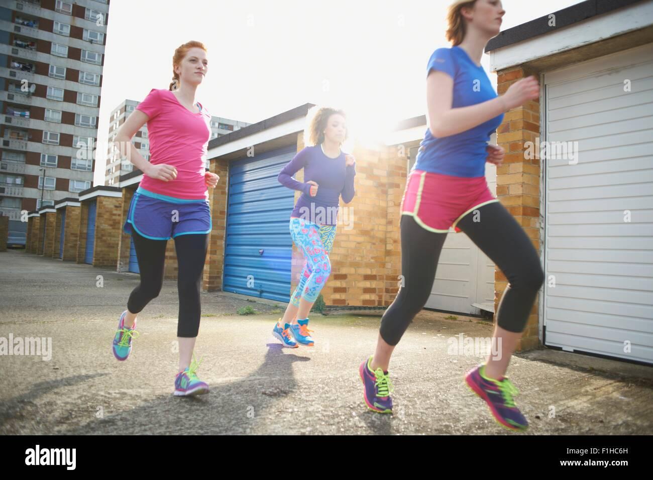 Drei Frauen trainieren und gemeinsam Joggen Stockbild