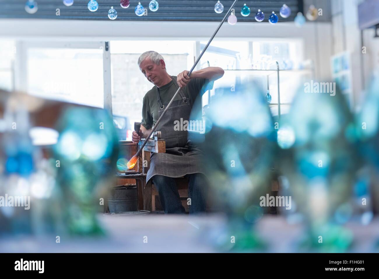 Glasbläser mit großen Blob von heißem Glas Stockbild
