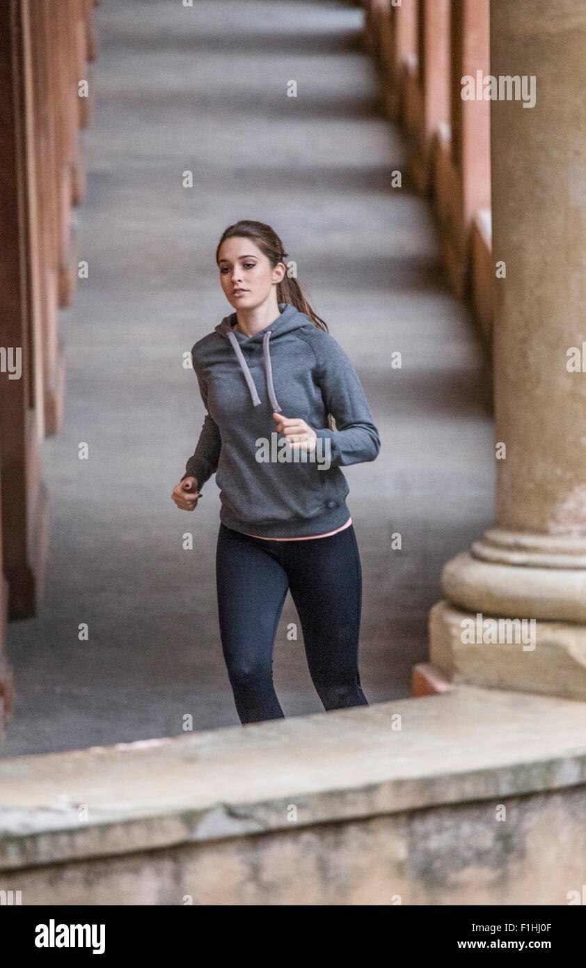 Junge Frau trägt Sportkleidung Joggen Stockbild