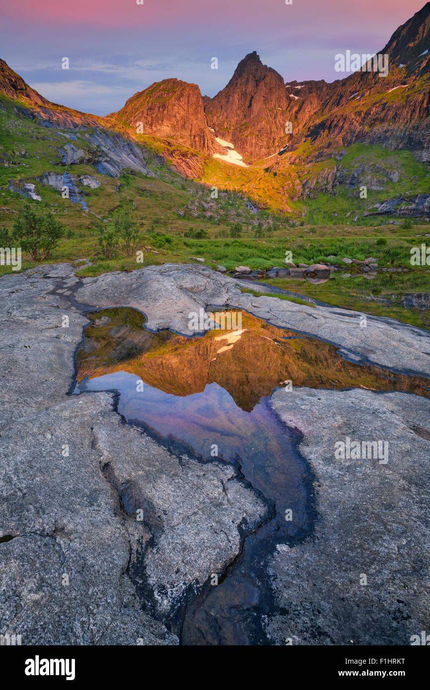 Bild des Gebirges befindet sich auf den Inseln der Lofoten in Norwegen bei Sonnenaufgang. Stockbild