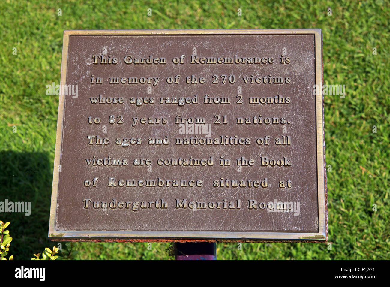 Laden Sie dieses Alamy Stockfoto Plaque Lockerbie PanAm103 Memorial, Schottland - F1JA71