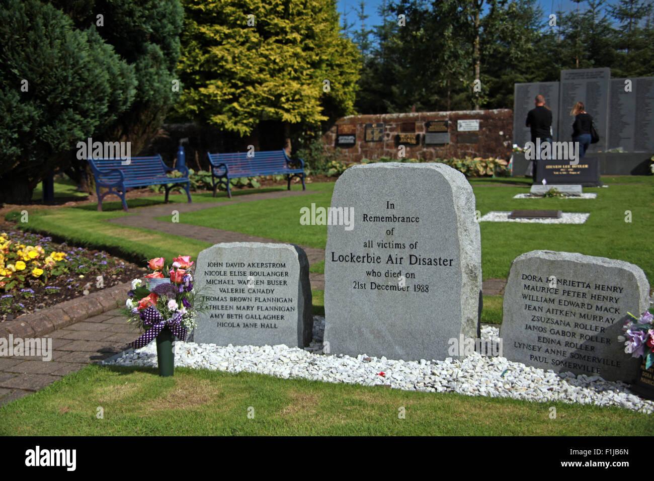 Laden Sie dieses Alamy Stockfoto Lockerbie PanAm103 In Erinnerung Memorial zwei Besucher erinnern, Schottland - F1JB6N