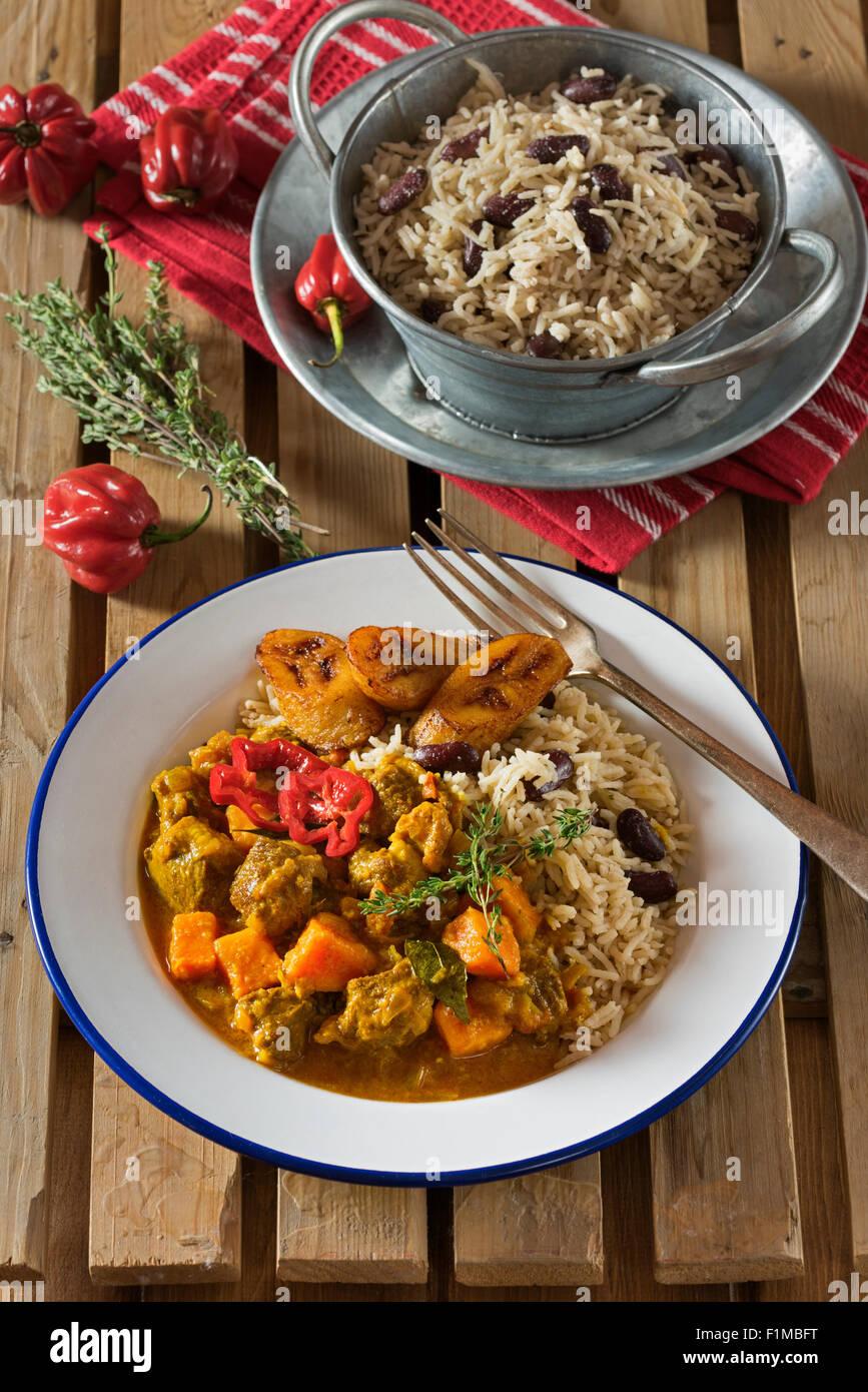 Karibisches Curry Ziege mit Reis und Erbsen. West Indies Essen Stockbild