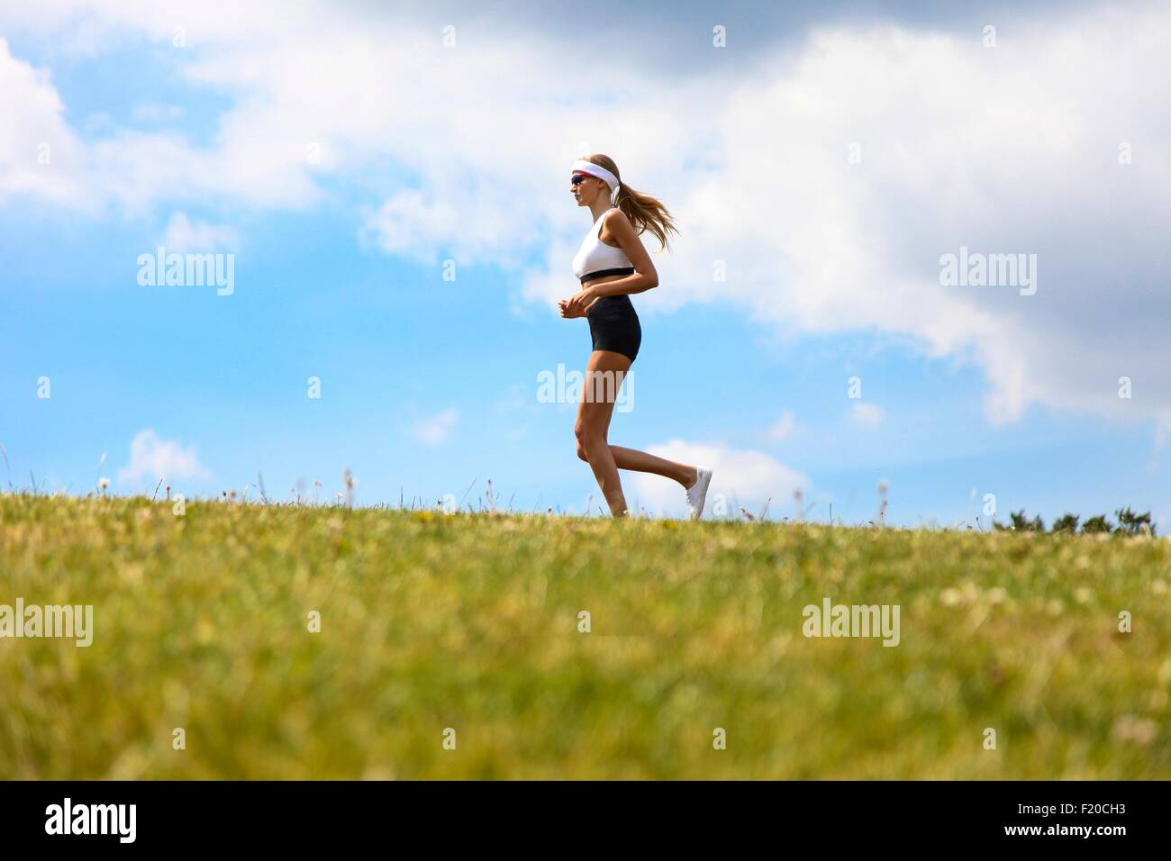 Frau in Landschaft joggen Stockbild