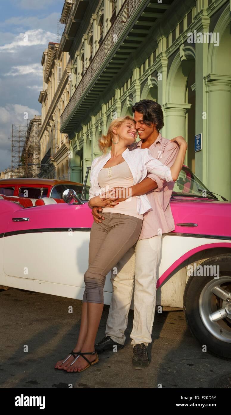 Junges Paar gelehnt Oldtimer Cabrio, Havanna, Kuba Stockbild