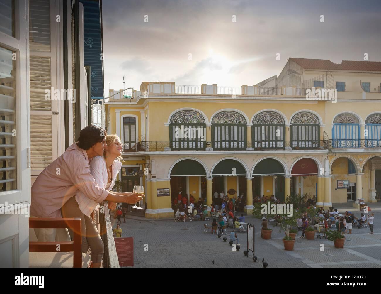 Romantische junges Paar mit Blick vom Balkon des Restaurants im Plaza Vieja, Havanna, Kuba Stockbild