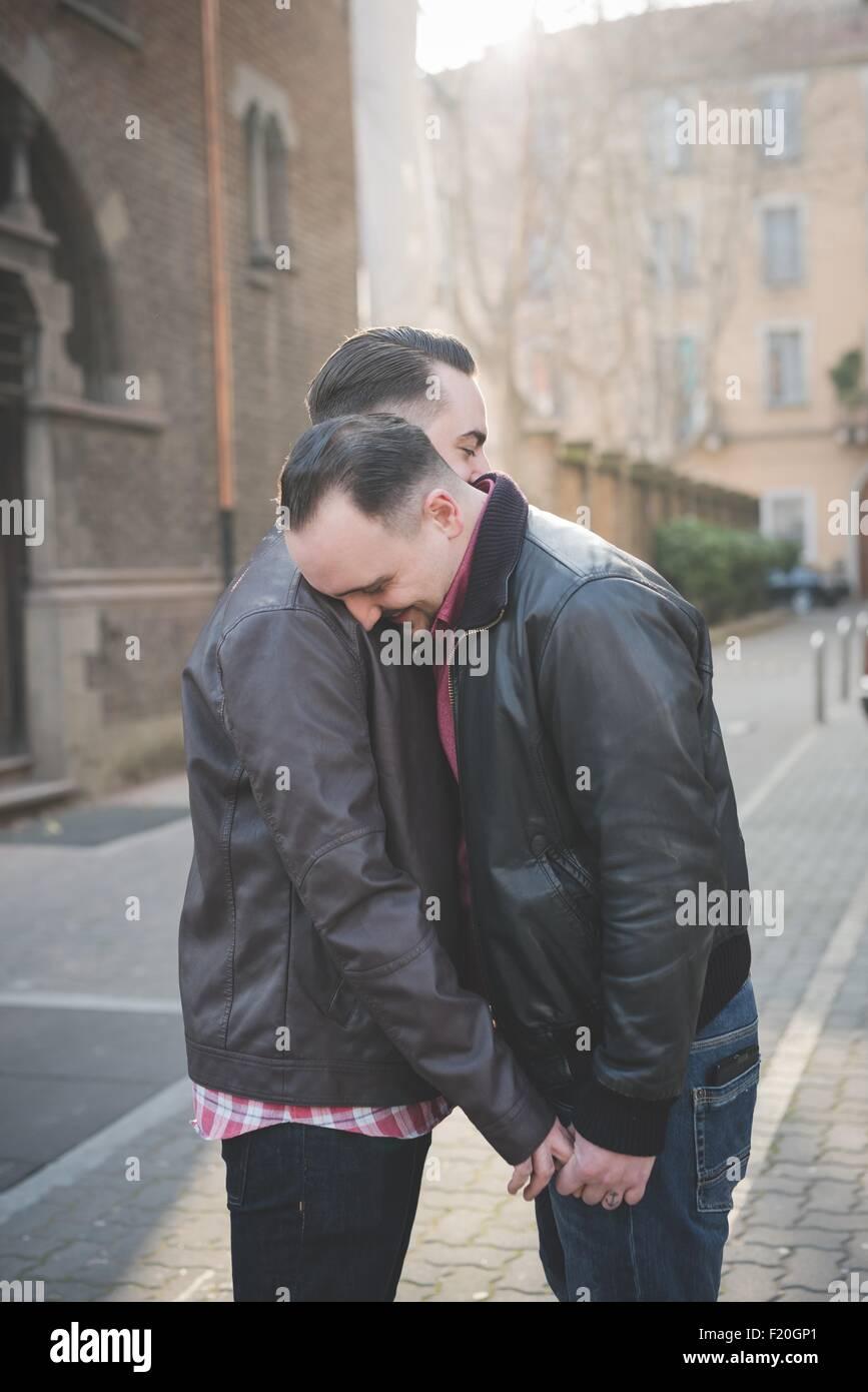 Gay paar Hand in Hand und umarmt auf Straße Stockbild
