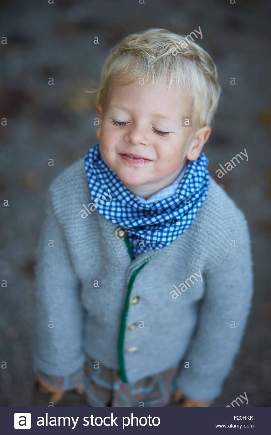 Porträt von süsser Boy mit geschlossenen Augen Stockbild