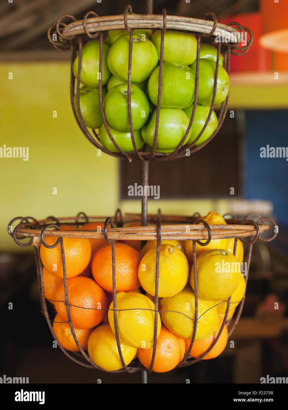 Körbe von grünen Äpfeln, Orangen und Zitronen in NAM Restaurant Bon Ton Resort. Langkawi, Malaysia Stockbild