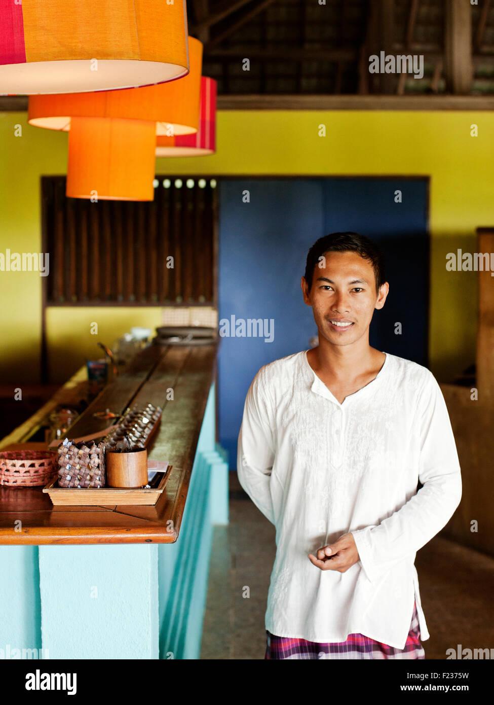 Ein Porträt von einem Kellner im NAM Restaurant Bon Ton Resort. Langkawi, Malaysia Stockbild
