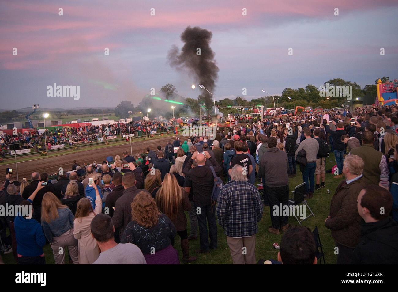 Menge am Traktor ziehen ziehen Event Motorsport Betriebshaftpflicht Autorennen Rennen Zuschauer Menschenmassen Stockbild