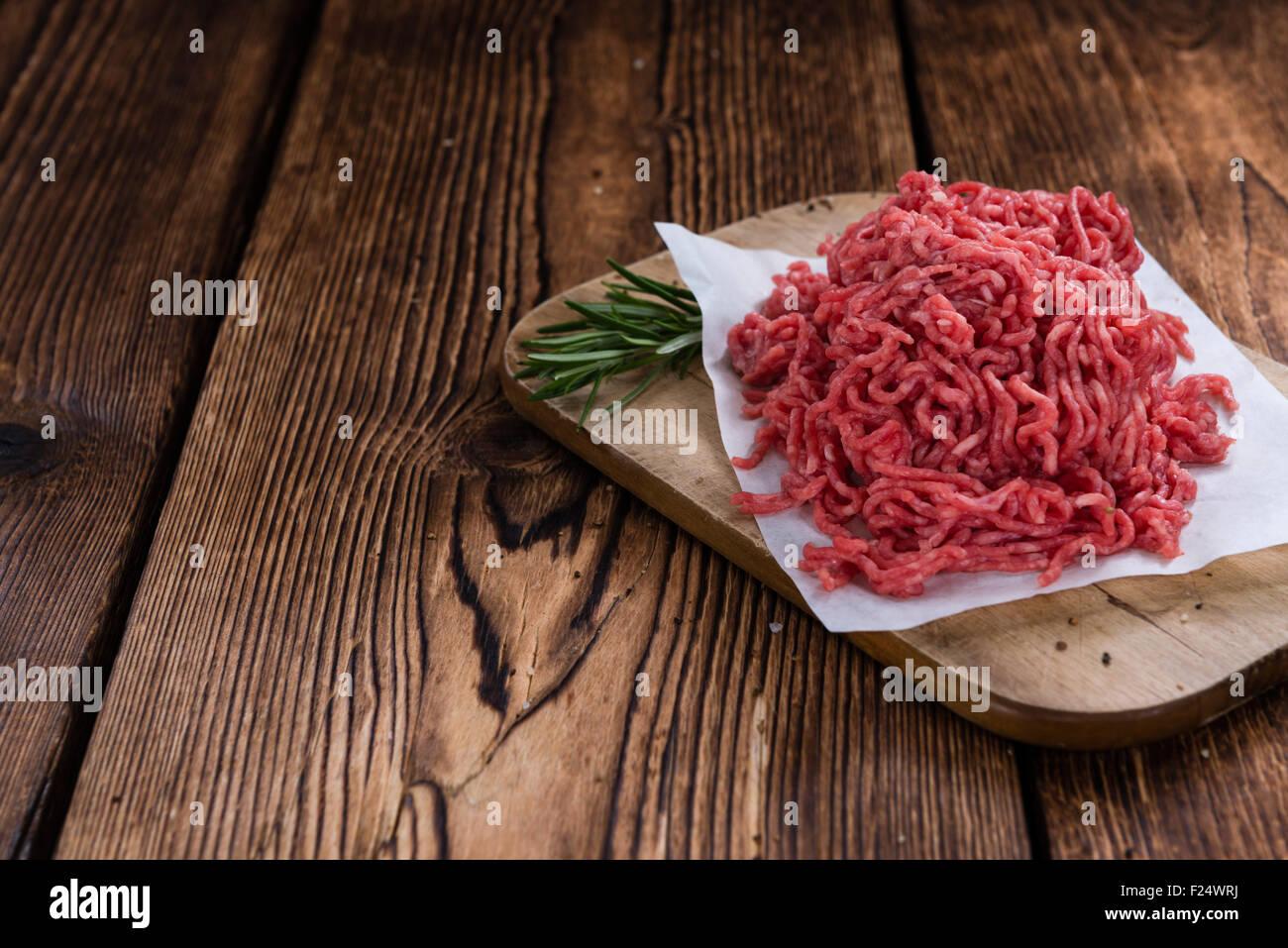 Portion gehackte Fleisch auf einem alten Holztisch (close-up erschossen) Stockbild